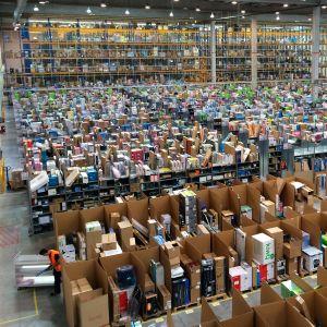 日本のアマゾンの梱包もたまに無駄が多くてすごいけど、やっぱり本場は違うよね