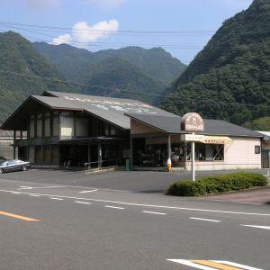 道の駅富士にオブジェが飾ってあると思ったら突っ込んでた( ゚д゚)