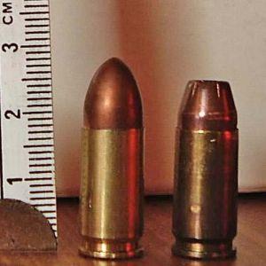 乾いた銃声が3発、その後激しい銃撃戦。