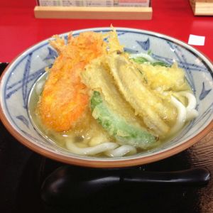 天ぷらうどんを食べ……なんじゃこりゃああああ!!!
