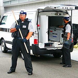 警備員さんが手押し相撲してた。