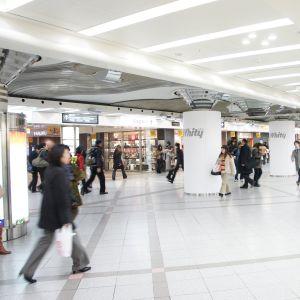 梅田の地下街にレディオヘッド。ほとんどの通勤途中の人々は気味悪がっていると思われます。