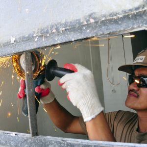 火花だけじゃない! 研磨作業中に保護メガネが欠かせない理由