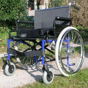 大学の門にある看板、何度見ても車椅子でコーナー攻めてるようにしか見えない