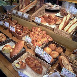 ここのセブン、いつもパンに紛れて変なモノが置いてあるw