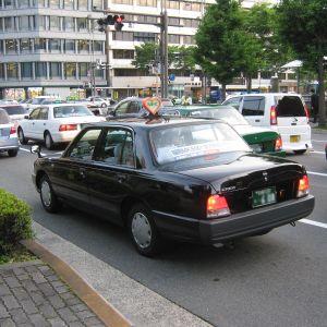 タクシー乗って前を見てびっくりして二度見した…