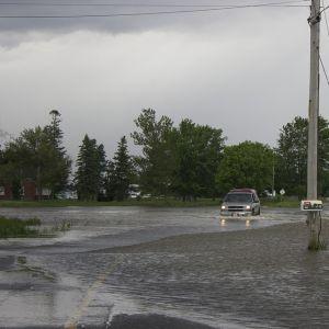 車が水没した時、どの乗用車にも絶対にある「アレ」でガラスを割る方法
