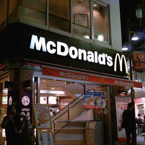 マクドナルドの行列にこうやって並ぶ奴初めて見たわw