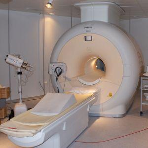 クレーンに吊るされた「MRI装置」がアレにしか見えない件ww