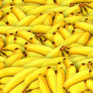 バナナの皮にピンを刺し変色させて描くピカチュウ。