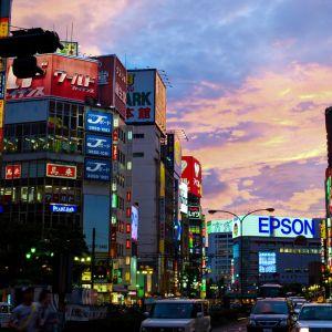 新宿で1人だけ時間が止まってるおっさんがいたww