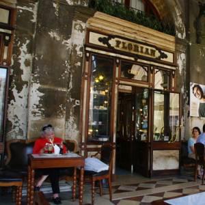 喫茶店が老朽化して人間には発音できない感じになってる…w