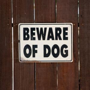 「犬に注意!」という標識の向こう側のほんわか風景wwwwwwwww