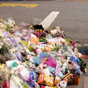 踏切に花束が添えられてて「ああ、誰かここで亡くなったんだ」と思ってたら……
