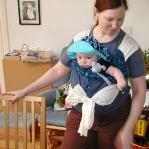 「抱っこひも」説明書の赤ちゃんがすべてを悟ったような表情で味わい深いww