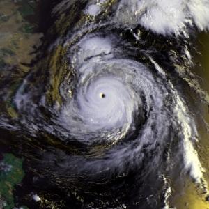 ISSから見た台風の目は、驚きと怖れを感じさせるものでした。