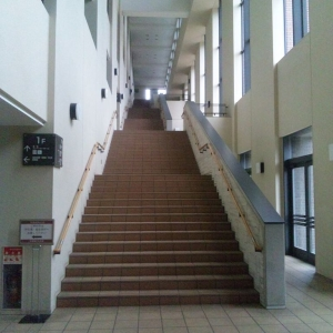 韓国の建設現場で見た作りかけの階段。不安しか感じない😟