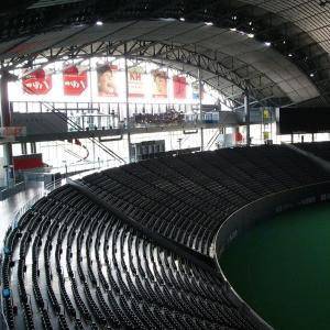神宮球場のビール売り子の空になった樽の交換風景がまるでF1のピットワークだと話題にwww