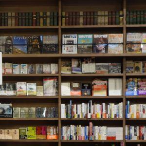 ある大学の図書館、カウンターの呼び出し方法が独特。
