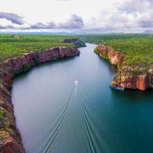 「世界一透明度が高い川」が大雨で氾濫した結果…😳