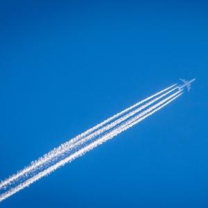 米旅客機が、あまりに幻想的な「飛行機雲」を描いていった……