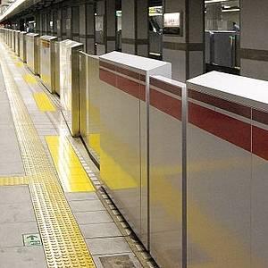 無茶やろ! ただでさえ狭々しい銀座線日本橋駅に「ホームドア」が設置された結果…