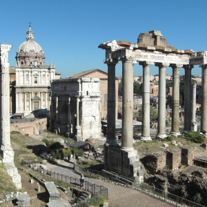 さすがは古都・ローマ! 日常に溶け込んだ信じられない光景が話題にw