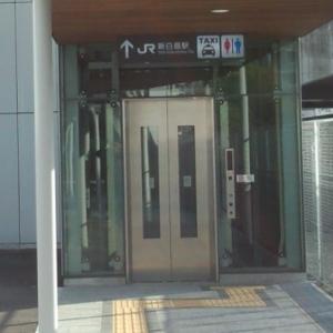 エレベーターの扉にラッピングされた映画の広告、張り間違えで大変なことになるww