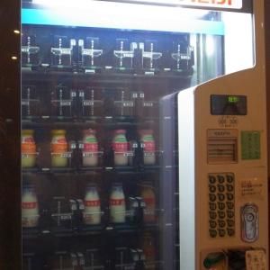 夜の自販機にデカキモい虫が沢山張り付いてる! と思ったら…紛らわしい😅