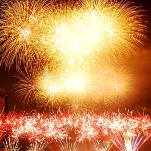 花火の明かりが強すぎて神戸の街がSFのようになってしまった…