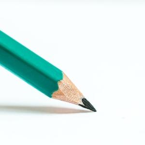 三菱鉛筆の新本社横に設置されたベンチのデザインが素敵すぎる