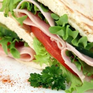 「まさかコレを挟むとは…」個人経営のコンビニで売ってるサンドイッチが独特すぎるwww