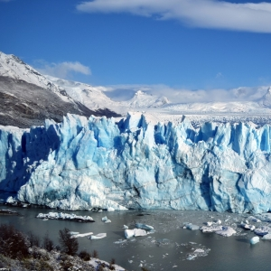 合成にしか見えない! アイスランドの氷河をドローン撮影した衝撃的光景😳