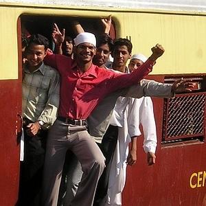 """インドの日常!? 通勤電車の""""フライング乗車""""が怖すぎる😨"""