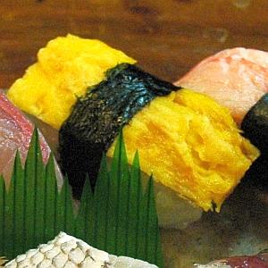 「何だこりゃ!?」スーパーで買った玉子寿司を暗いところで見ると…驚きの現象が😱