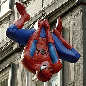 あるゲームセンターに設置された等身大スパイダーマンの扱いが不遇すぎるw