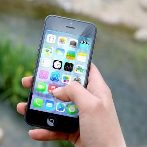 """「奇跡の一致w」iPhoneロック画面の壁紙に""""あの乳製品""""のデザインがハマりすぎていると話題に😳"""