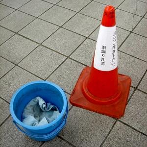 """「夏休みの工作かよ!」兵庫県にある駅の""""雨漏り対策""""が酷いと話題に"""