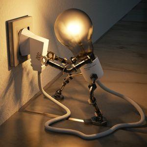 消したハズの部屋の電気が点いてると思ったら…犯人お前だったのか😸