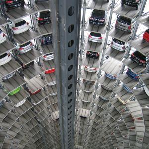 機械式駐車場に入っていく車のドラレコを録画状態にしておいたら恐ろしい「注意書き」が映っていた…😨