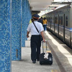 防寒対策した札幌駅の駅員が「あのキャラ」にしか見えないと話題にw