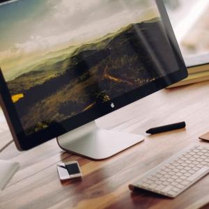 Macのスクリーンセーバーを背景に猫を撮影したら…すっごくエモい🐱