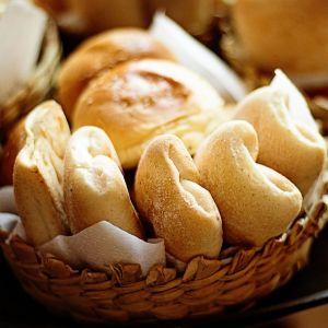 「どうやって食べればいいんだ…」とんでもないモノを挟んだパンに困惑するツイ民w