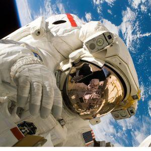 帰還した宇宙飛行士がインタビュー中に見せる「宇宙ジョーク」が面倒くさいwww