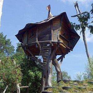 「鬼太郎ハウスかな?」伊豆で売り出されている一軒家の外観がいろんな意味で凄い😳