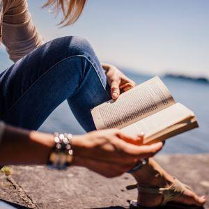 読書に集中したいのに、すっごい邪魔してくる…😅