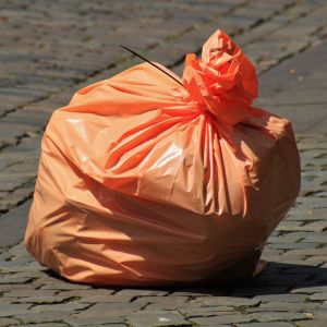 ゴミ袋に描かれた「金属ごみの例」にあのゲームメーカー信者が激おこww