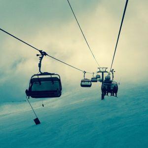 「どうしてこうなった…」リフトの乗り方が芸術的すぎるスキーヤーが目撃される😨