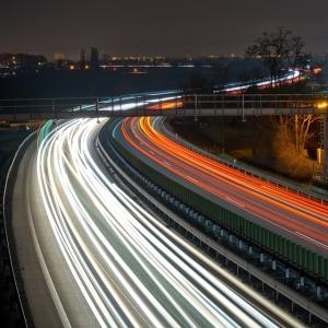 「運転の眠気が一気に覚めた…」高速で目撃されたインパクト抜群の光景ww