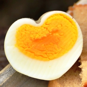 """「何だこの新生物は…」茹でている最中に割れてしまった""""ゆで卵""""の形が奇跡的だと話題にww"""